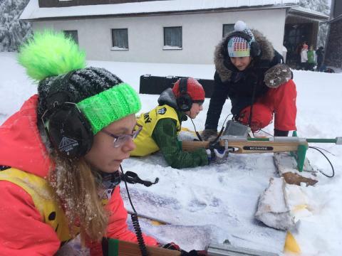 Děti trénují střelbu na sněhu