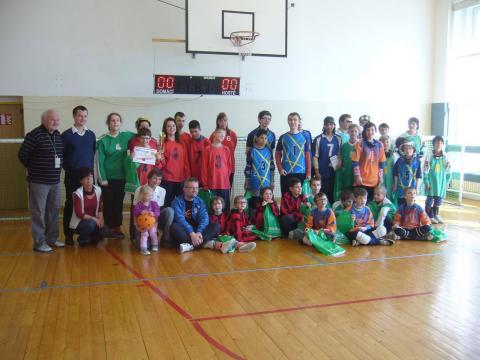 Účastníci goalballového kempu v Plzni.